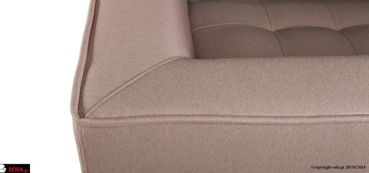 Μαύρος μοντέρνος καναπές με καπιτονέ κάθισμα και πολύχρωμα μαξιλάρια