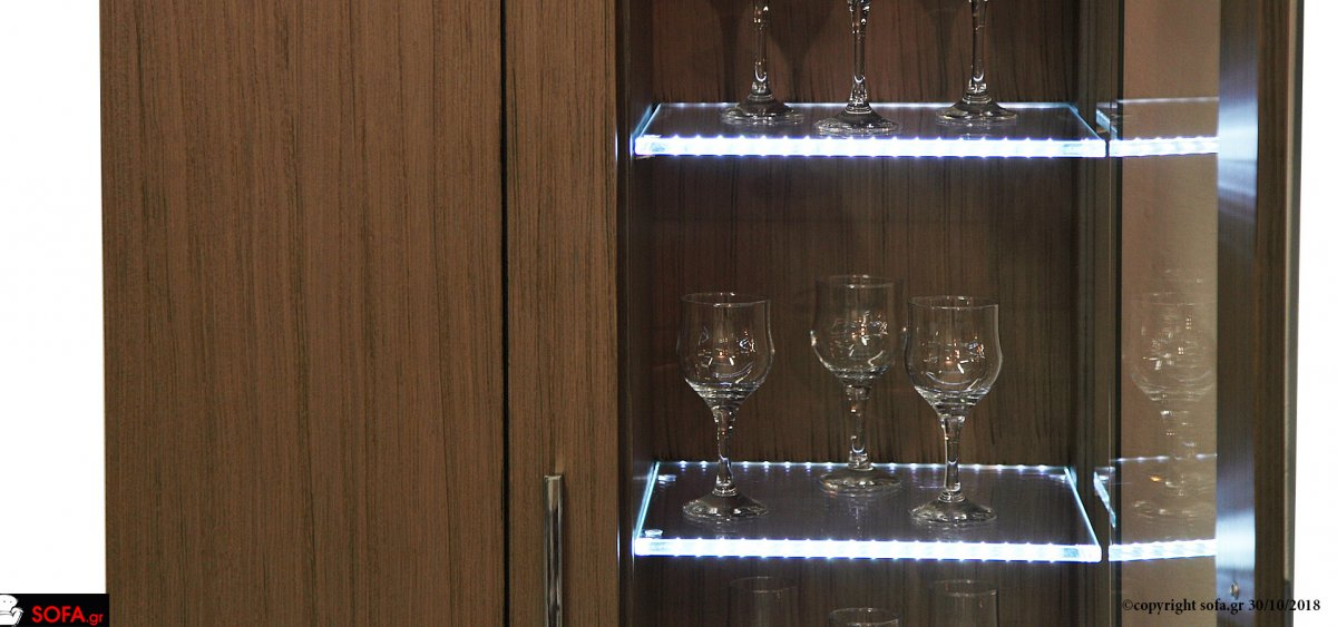 Μοντέρνα σύνθεση με βιτρίνα με led φωτισμό και πολλούς αποθηκευτικούς χώρους