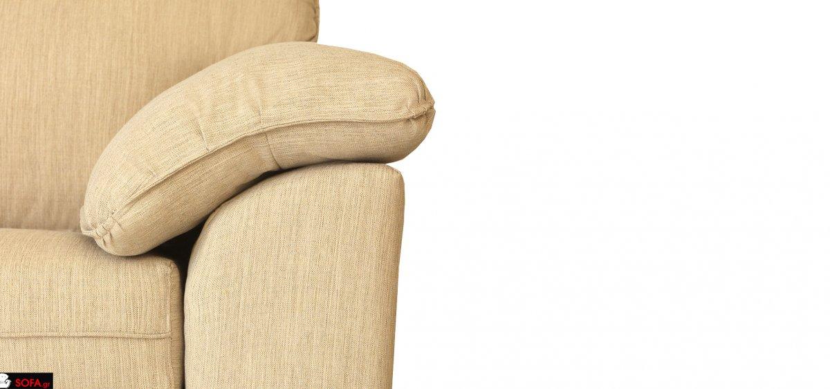 σαλόνι κλασικό με μαξιλάρι στο μπράτσο και ανοιχτόχρωμο ύφασμα