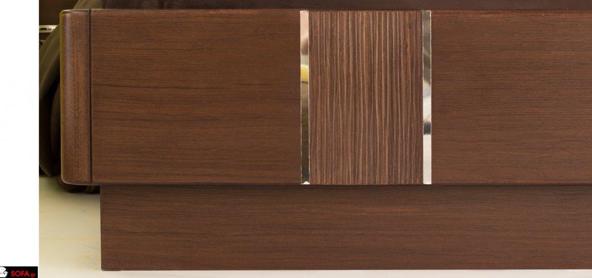 κρεβατοκάμαρα με μασίφ κολώνες οξιάς και καμπύλες στα κομοδίνα