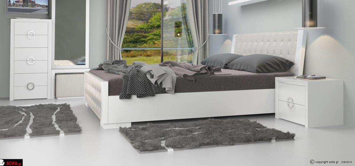Κρεβατοκάμαρα κατασκευασμένη από ξύλο δρυός. Το κρεβάτι είναι υπέρδιπλο με δερμάτινο καπιτονέ ανατομικό κεφαλάρι και ποδαρικό, σε λευκό χρώμα. Τα συρτάρια των κομοδίνων και της συρταριέρας διαθέτουν αθόρυβους μηχανισμούς. Ο καθρέφτης είναι ολόσωμος με ξύλ