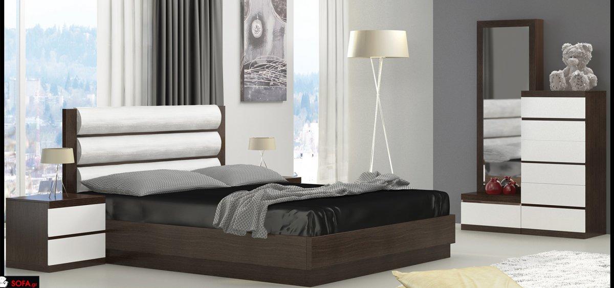 Κρεβάτι με τεχνόδερμα στην πλάτη. Κομοδίνα και συρταριέρα με ίνοξ λεπτομέρειες. Ολόσωμος καθρέφτης με ξύλινο πλαίσιο. Όλα τα έπιπλα είναι κατασκευασμένα από σημύδα και έχουν ανοιχτό καφέ χρώμα.