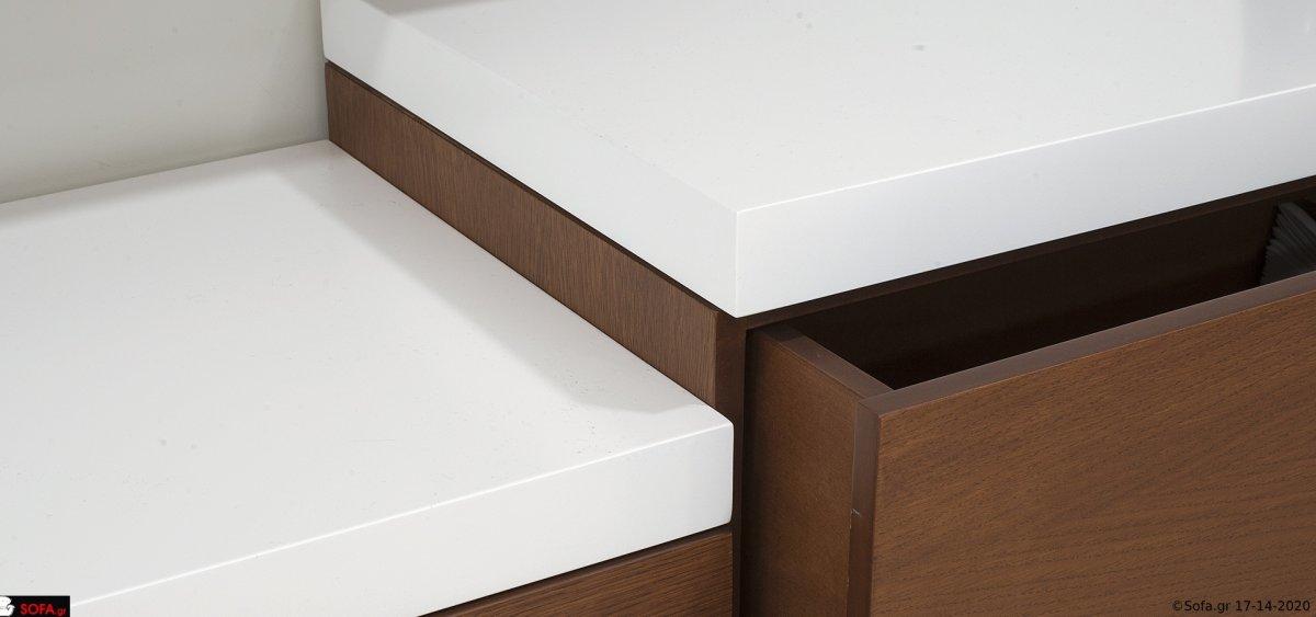 Σύνθεση τοίχου με συρτάρια με ίνοξ πόμολα και αποθηκευτικούς χώρους στα ντουλάπια τοίχου